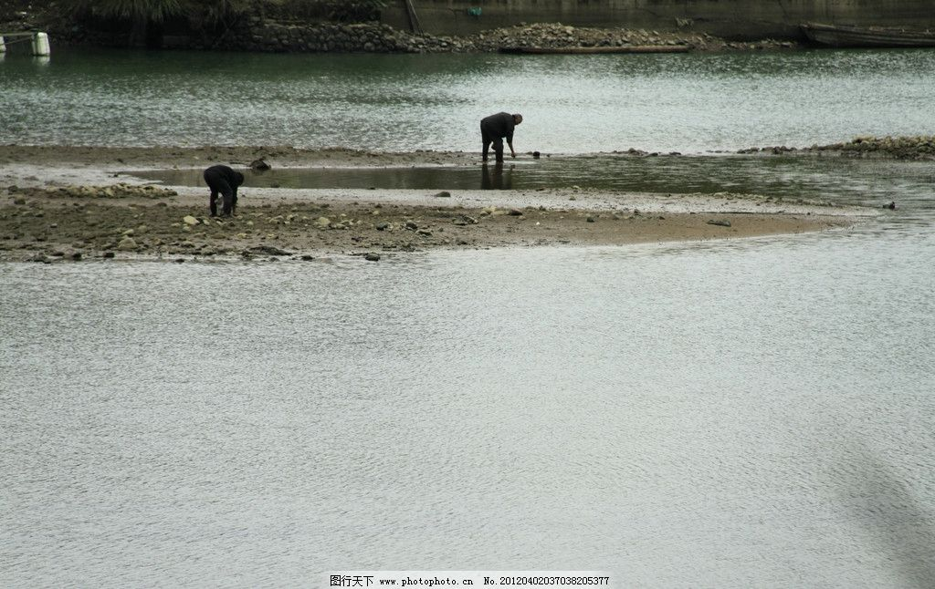 河流上人 河流 小岛 河滩 岩石 生活素材 生活百科 摄影 72dpi jpg
