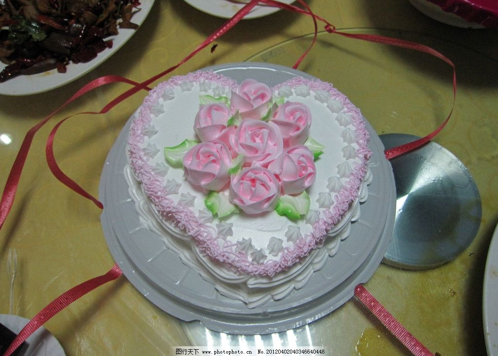 生日蛋糕 粉色玫瑰花 白色加粉色 红丝带 心型蛋糕 餐桌 西餐美食图片