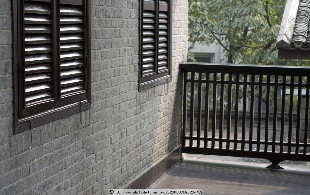 老建筑护栏和窗户图片