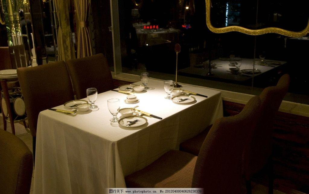 桌子和餐具 椅子 盘子 筷子 聚光灯 晚餐 浪漫 餐桌 温馨 餐具厨具