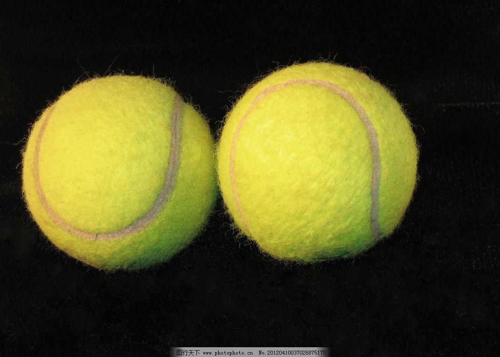 网球与拍子近景特写