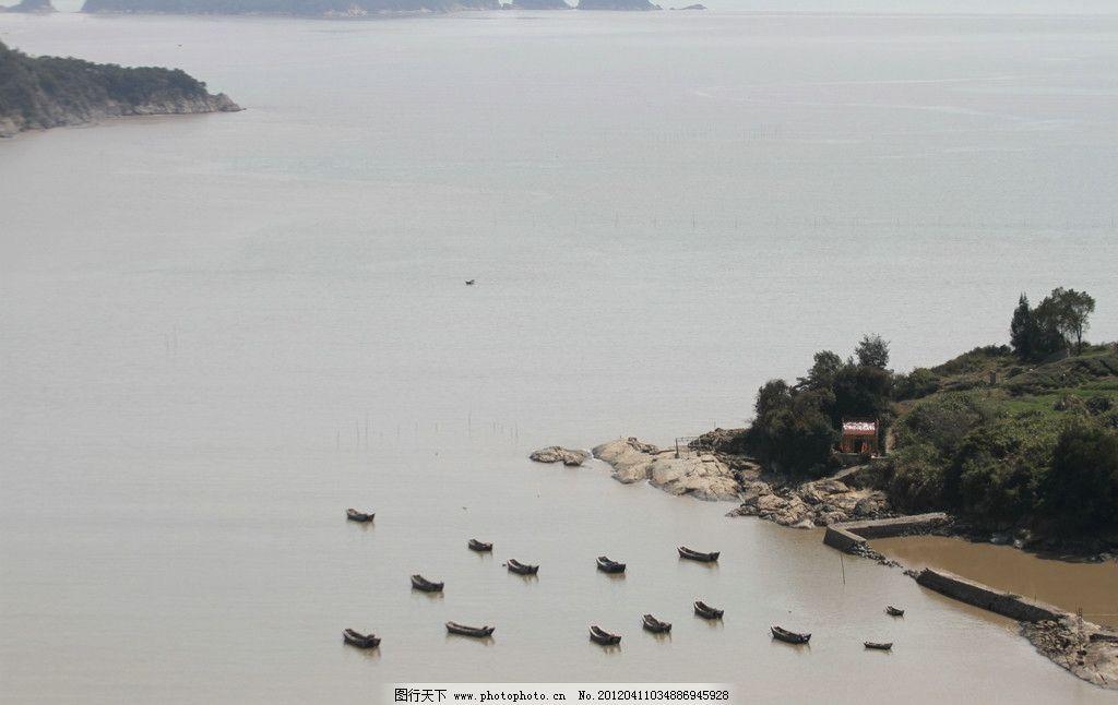 江水 小船 成群 岛屿 自然风景 自然景观 摄影 72dpi jpg