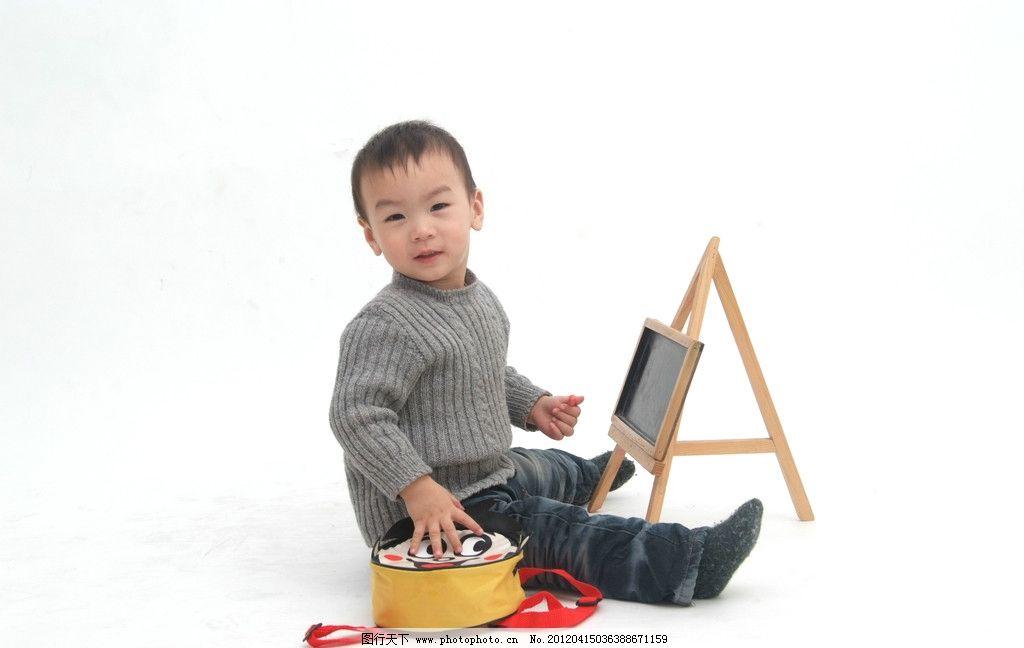 小小艺术家 画画 艺术 宝宝 爱笑 可爱 人物摄影 人物图库 摄影 72dpi