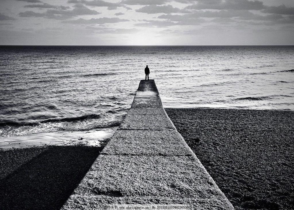 男人海边黑白头像