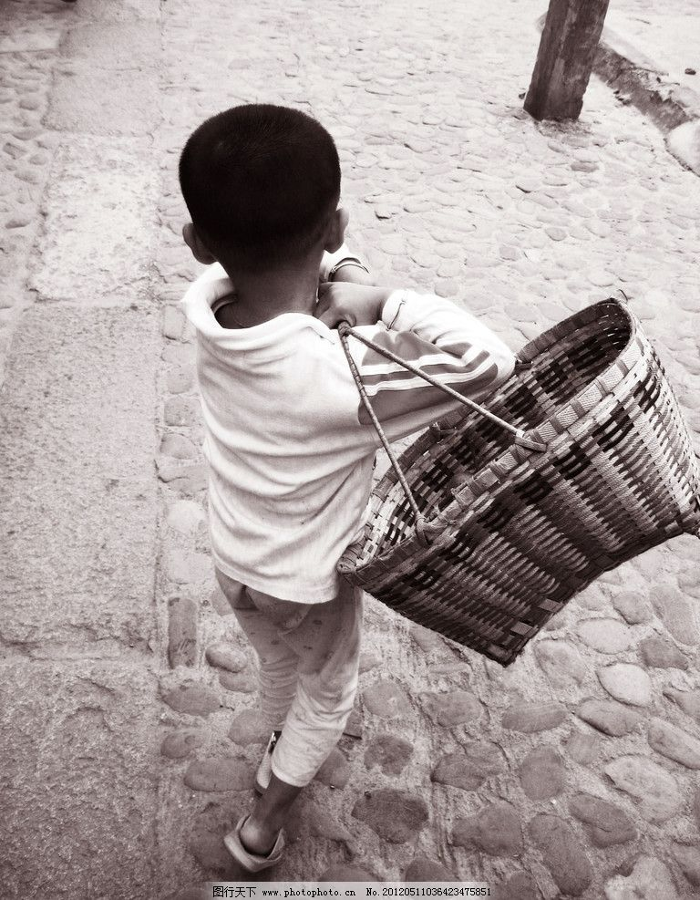 小孩子背篮子 小男孩 幼儿 篮子 背篮子 走路 背影 辛苦 可爱 儿童