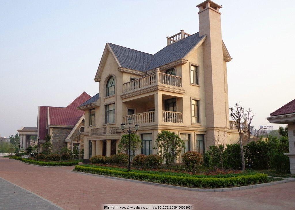 欧式圆的尖顶别墅图片