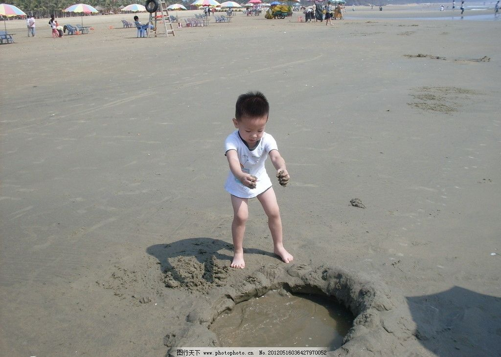 宝宝在海边玩沙子 儿童
