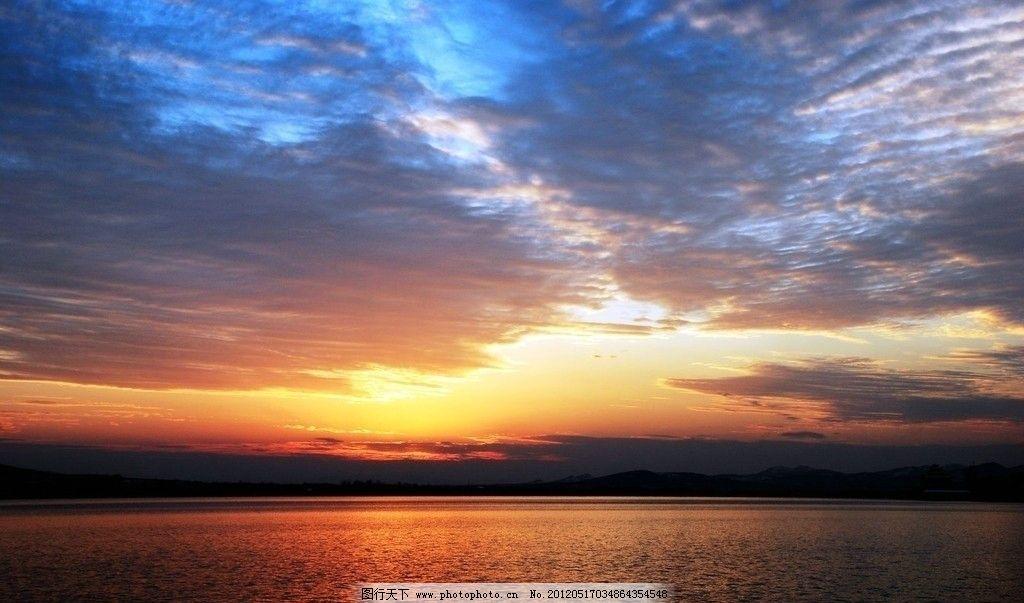 红太阳 朦胧 波光粼粼 水面 寂静 天空 山峰 湖光山色 壮观 自然风景