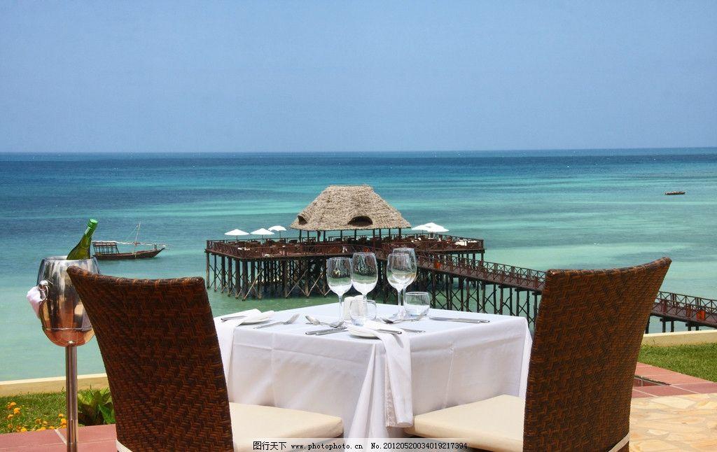 热带海边度假旅游 热带 海边 度假 旅游 情人 餐桌 西餐 海滩 椅子图片