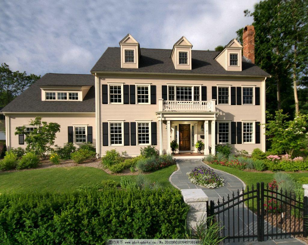 美式别墅 别墅 美式建筑 别墅小区 房地产 蓝天 白云 建筑 树木 树林图片