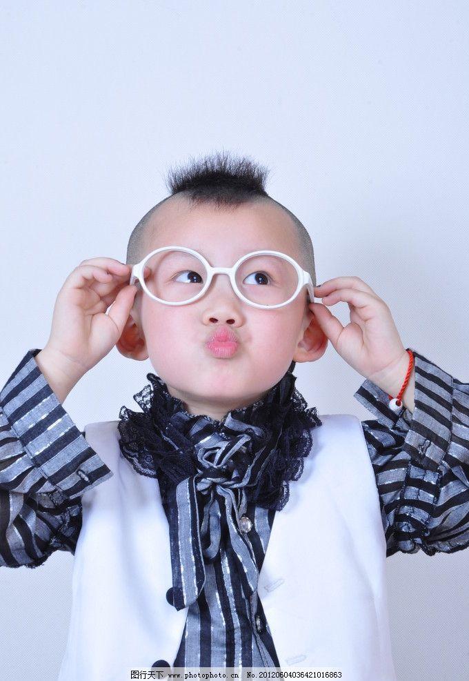 男孩 帅气 可爱 正装上衣 小男孩 大眼睛 眼镜造型 开心 白色礼服