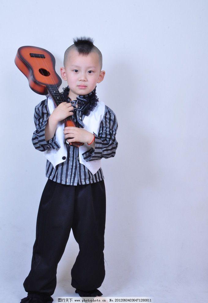 男孩 帅气 可爱 正装上衣 微笑 小男孩 大眼睛 吉它 开心 白色礼服
