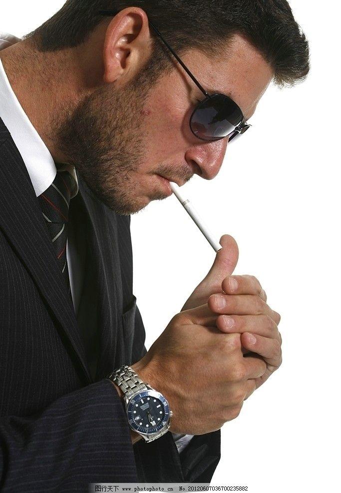 点烟的男人 派头 大哥 绅士 尊贵 点烟 手表 西服 墨镜 高贵 老大 烟雾 帅气 帮派 霸气 抽烟 香烟 英俊 潇洒 模特 西方男人 外国男人 深沉 思考 男性 男人 男人魅力 男人世界 男性高清图片 男性男人 人物图库 摄影 96DPI JPG