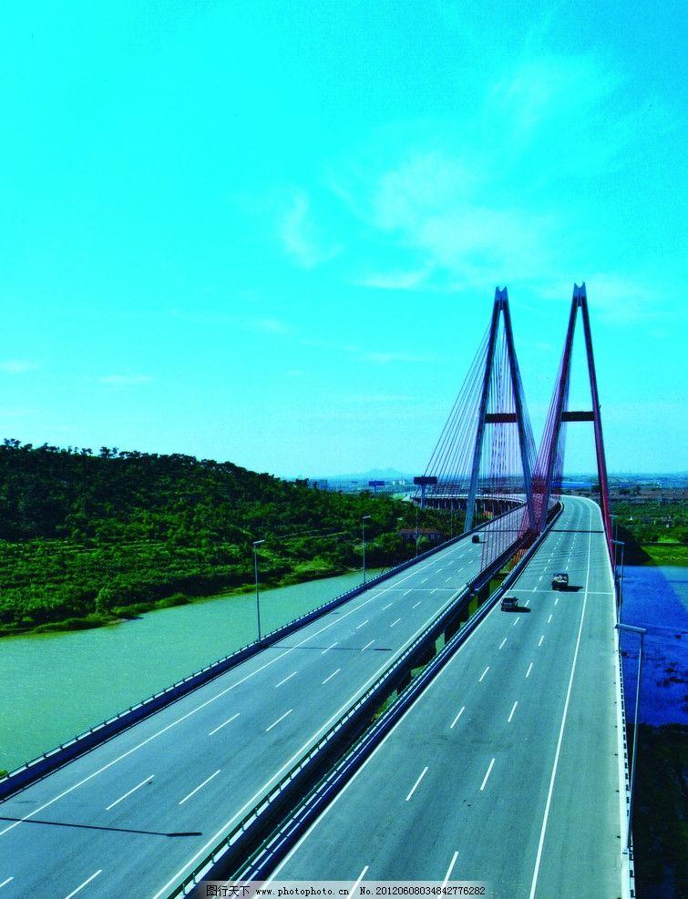 高速公路 青岛高速 高架桥 蓝天白云 高山绿树 穿行行驶 绿色 建筑