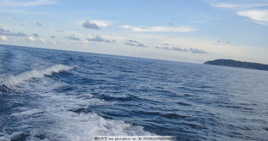 蓝天大海浪花图片