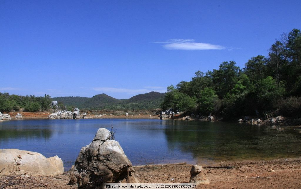 昆明石林长湖风景 蓝天 白云 山峦 树林 湖水 垂钓者 自驾游摄影 国内