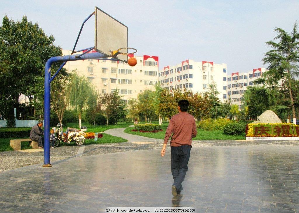 好球 篮球入栏 男子自豪背影 球栏后 有老人 小孩 楼房 天空 树木